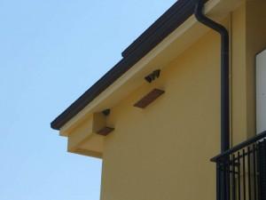 La tavoletta in legno che si può applicare facilmente sotto i nidi