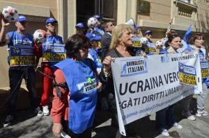 Gli Animalisti Italiani manifestano davanti all'Ambasciata dell'Ucraina