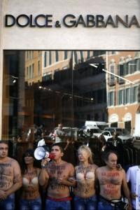Il blitz degli Animalisti Italiani davanti al negozio di Dolce&Gabbana a Roma